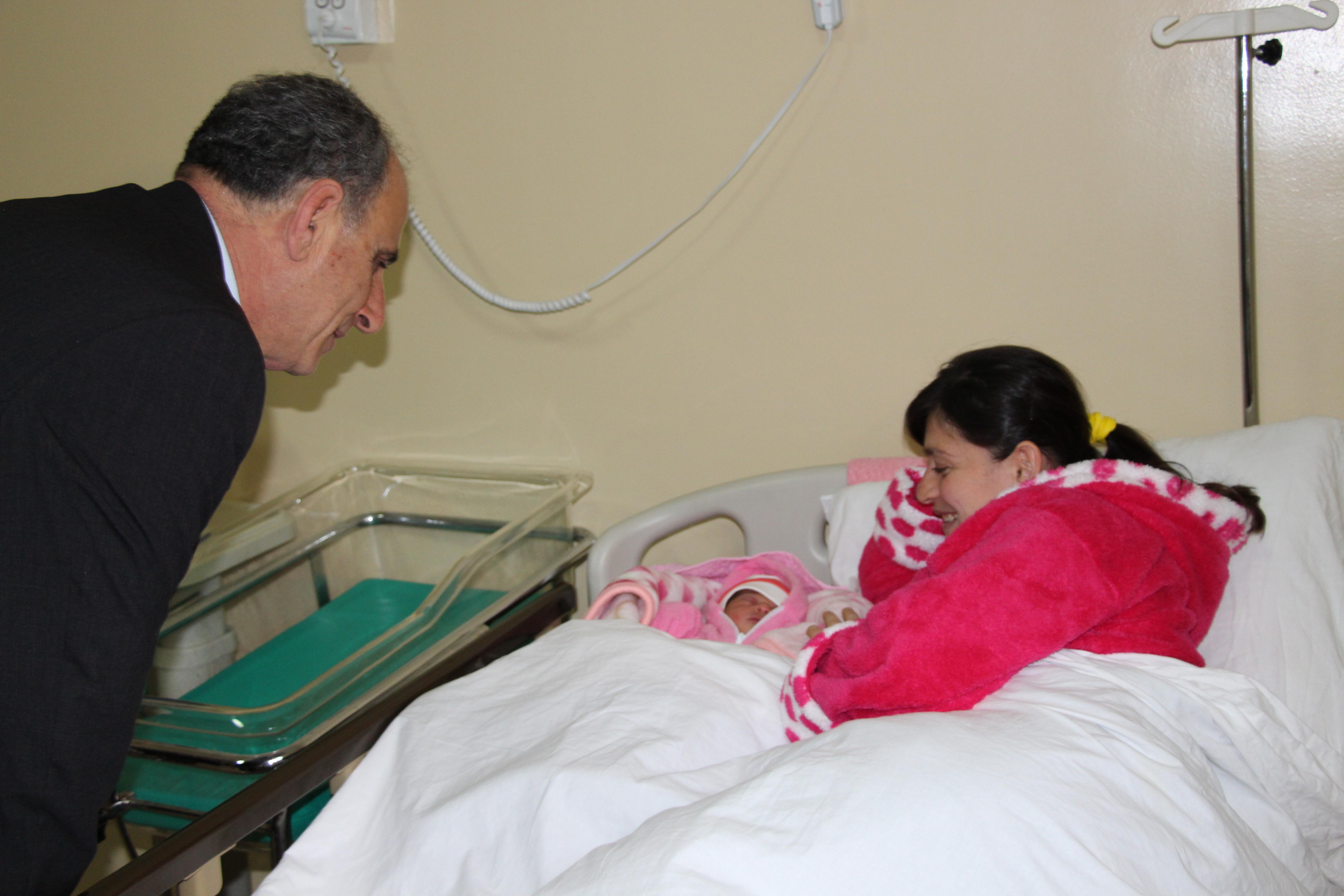 მინისტრმა ახალი წელი სამედიცინო პერსონალს და ახალშობილების დედებს მიულოცა